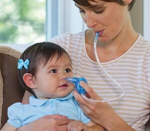 Hướng dẫn sử dụng dụng cụ hút mũi đúng cách cho bé