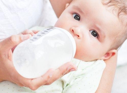 bé vừa bú sữa mẹ vừa bú sữa ngoài