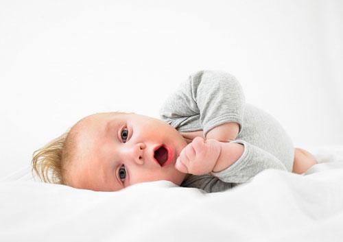 8 mốc phát triển quan trọng của trẻ sơ sinh mẹ nên biết