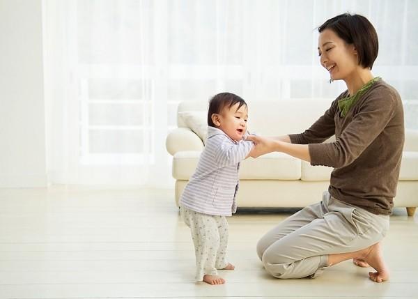 4 cột mốc phát triển quan trọng của trẻ sơ sinh đến 1 tuổi