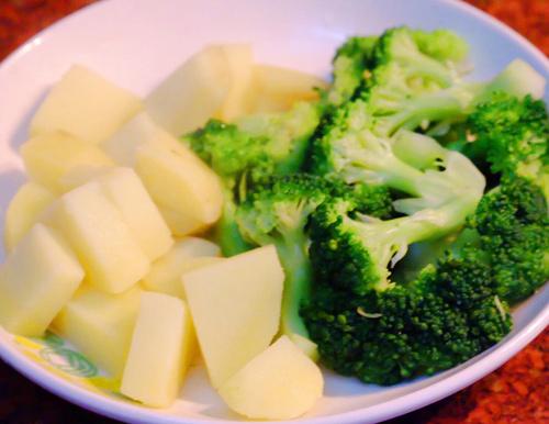 Khoai tây - súp lơ nghiền trộn sữa món bột ăn dặm bổ dưỡng giúp bé phát triển thông minh