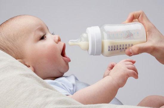 cách chọn bình sữa cho bé ti an toàn