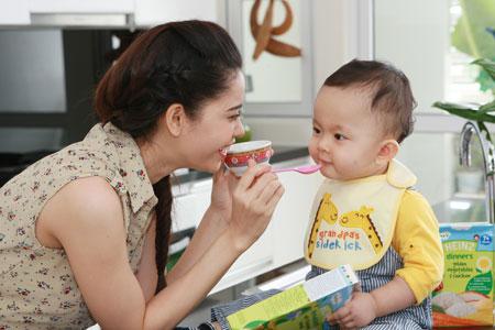 Tại sao ca sĩ Trương Quỳnh Anh lại ưu tiên lựa chọn bột ăn dặm Heinz cho con?