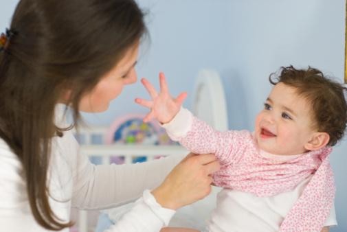 lỗi thường gặp khi mặc đồ cho trẻ sơ sinh