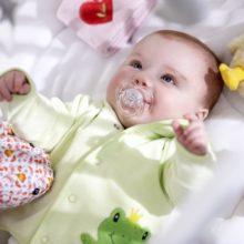 Nên chọn quần áo cho trẻ sơ sinh theo cân nặng hay tháng tuổi?