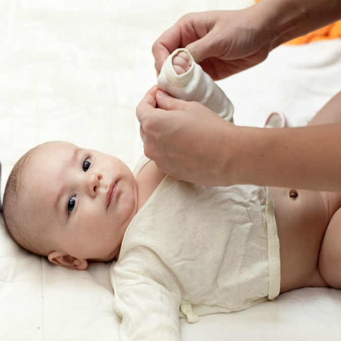 4 điều mẹ cần biết khi mặc quần áo cho trẻ sơ sinh