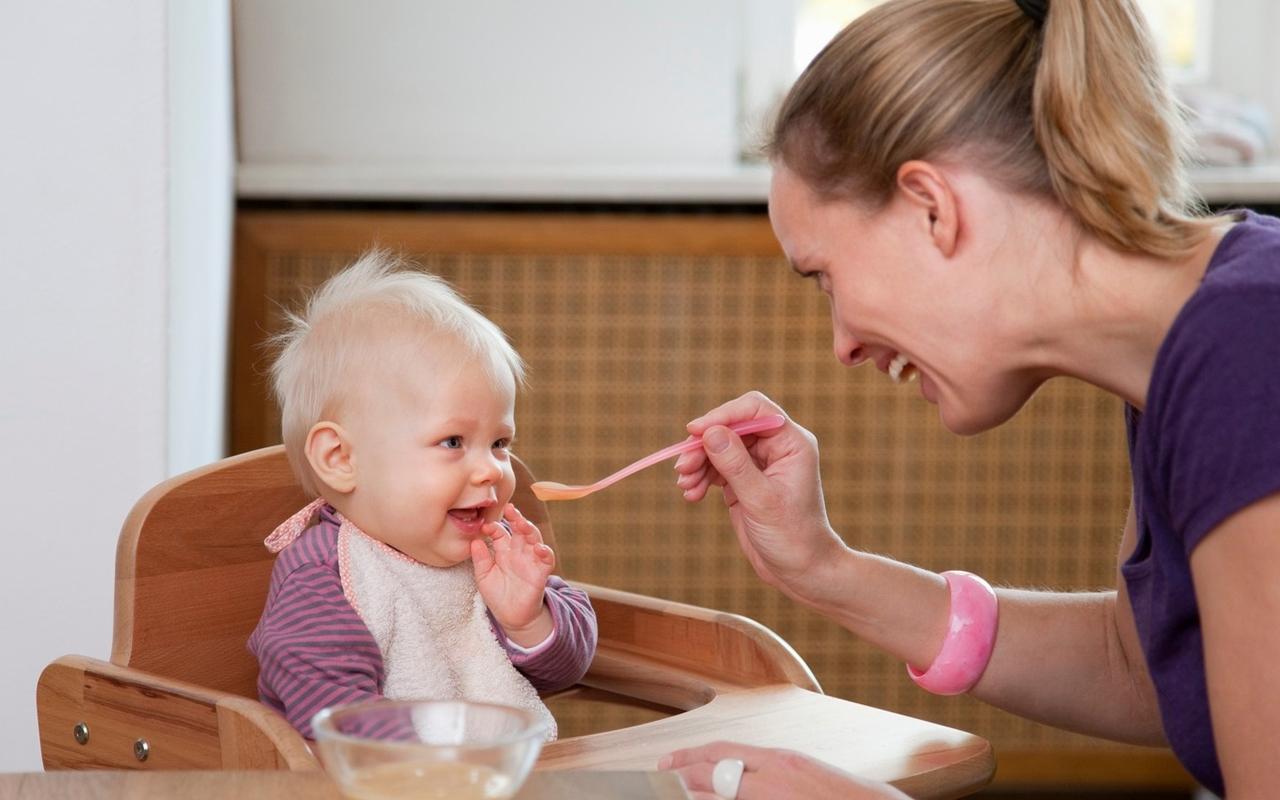 Có nên cho bé tập ăn với ghế ăn dặm bằng gỗ hay không?