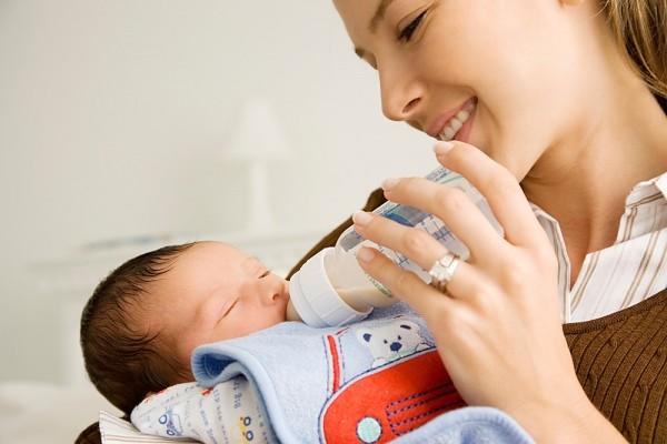 Nên mua bình sữa loại nào cho trẻ sơ sinh