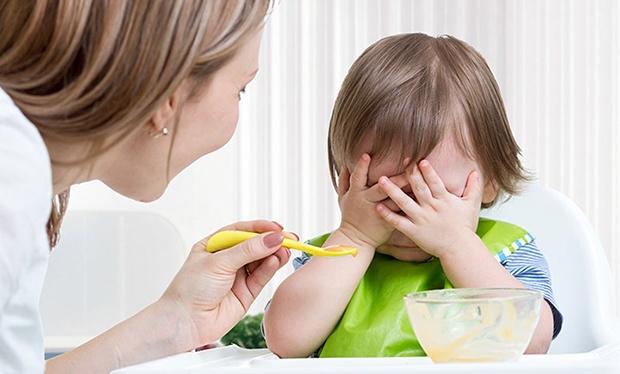không nên ép trẻ ăn