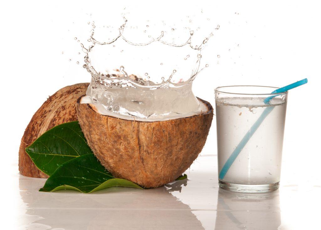 Uống nước dừa giúp da bé trắng mịn hơn