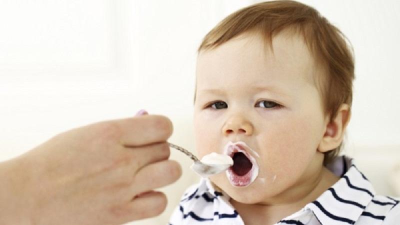 bé mấy tháng tuổi ăn được sữa chua