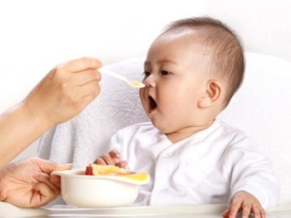 Cách cho bé ăn dặm lần đầu tiên