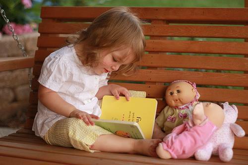 Bé 1 tuổi đọc sách