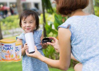 bé uống sữa nan kid 4
