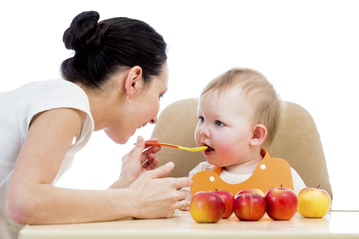 So sánh bột ăn dặm ăn liền và bột ăn dặm ngũ cốc tự làm cho bé