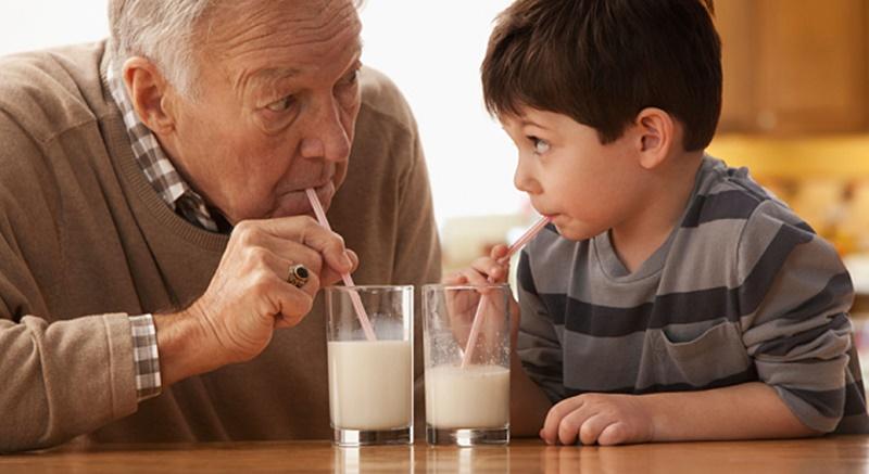 người lớn uống sữa bột trẻ em