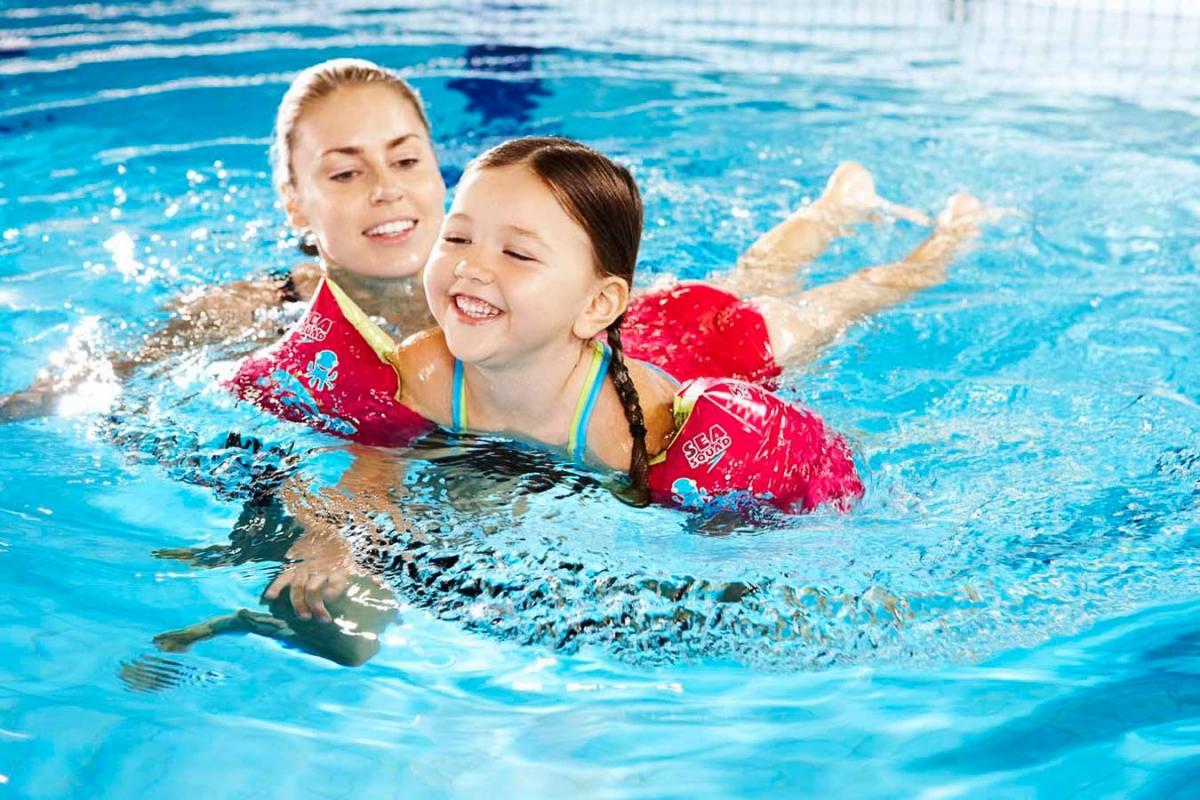 Giúp mẹ chọn áo phao bơi loại tốt cho bé