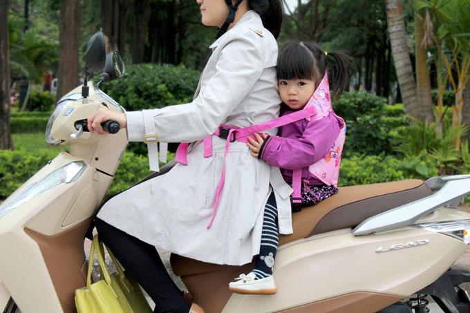 Hướng dẫn cách chọn đai đi xe máy cho bé tốt nhất