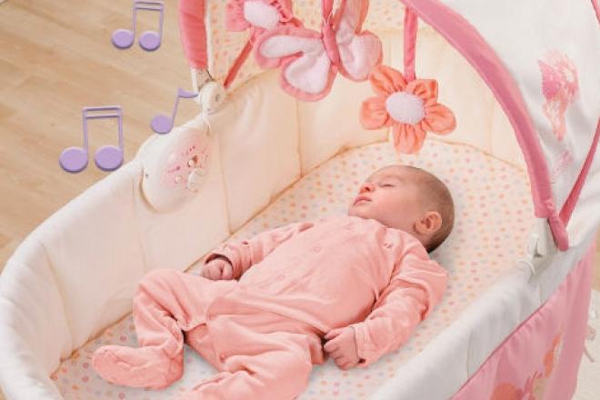 Có nên cho trẻ sơ sinh nằm giường cũi hay không?