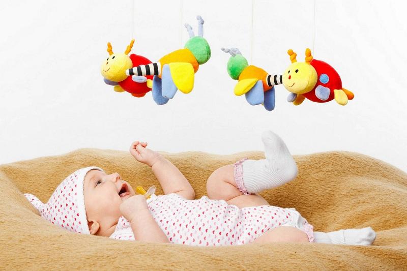 Lựa chọn đồ chơi cho bé 3 tháng tuổi phù hợp nhất