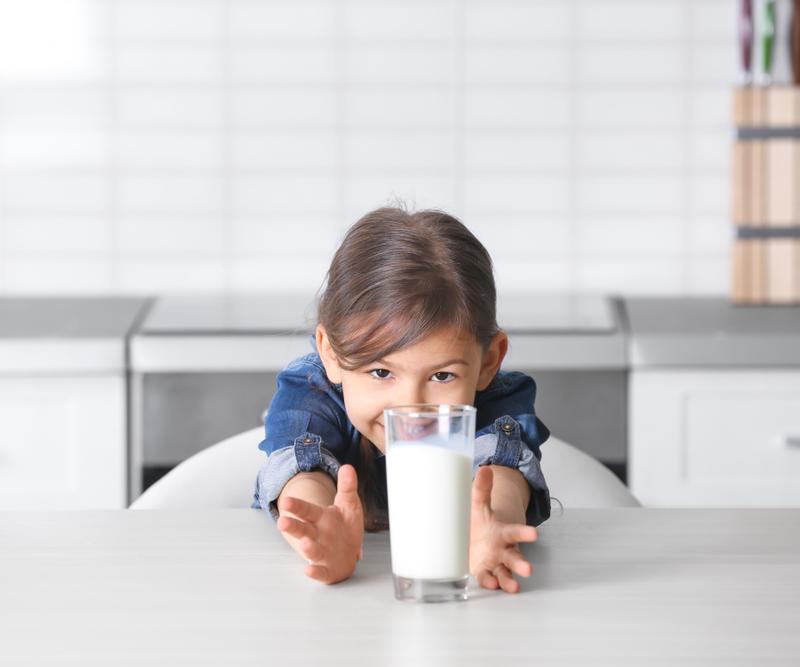 Bé 8 tháng uống sữa tươi được không? Uống khi nào là tốt nhất?