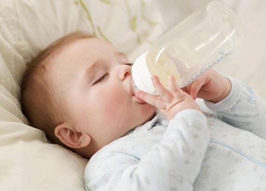 Trẻ uống sữa công thức có cần uống nước thêm nữa không?