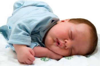 Muốn con đạt chuẩn cân nặng CẦN cho con ngủ trước 8h tối
