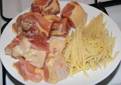 Ăn gà xào nghệ giúp giảm đau dạ con sau sinh
