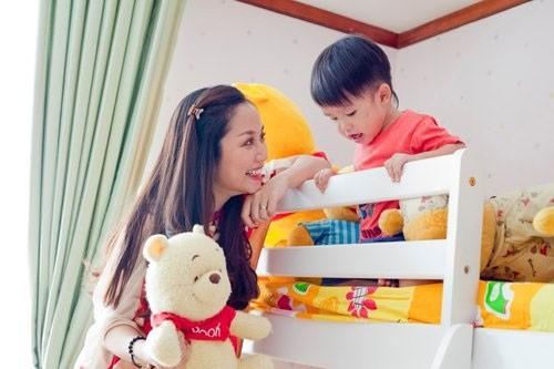 mẹ ốc vui chơi với con trên giường tầng