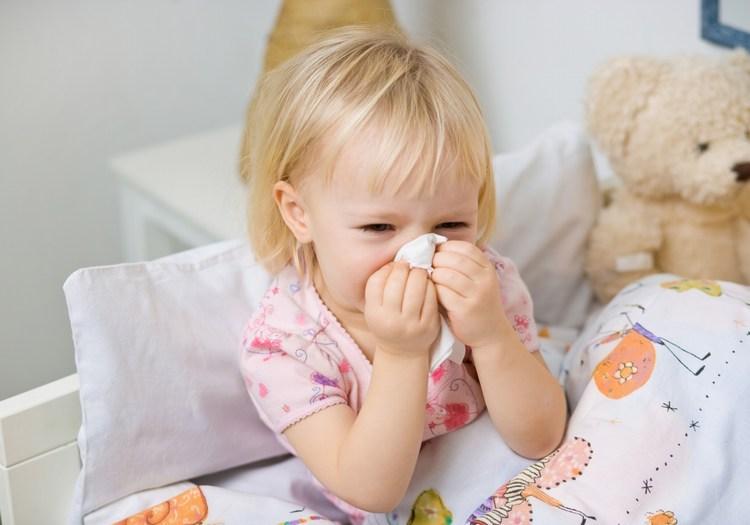 """Theo thống kê tỉ người mắc bệnh viêm mũi dị ứng (trong đó có cả người lớn và trẻ nhỏ) tương đối cao. Đây là chứng bệnh mà cơ thể phản ứng để chống lại sự xâm nhập của những chất lạ vào trong hệ hô hấp. Biểu hiện thường thấy của chứng bệnh đó là ngẹt mũi, chảy nước mũi, người mắc bệnh thường có cảm giác như """"bị cảm"""", rối loạn giấc ngủ. Viêm mũi mãn tính sẽ khiến cho việc điều trị trở nên khó khăn hơn. Vì thế ngay từ bây giờ bạn hãy trang bị cho mình cho các thành viên khác trong gia đình những kiến thức cơ bản sau để phòng chống bệnh và điều trị kịp thời nhé. 1. Tìm hiểu sâu về bệnh viêm mũi dị ứng Viêm mũi dị ứng là hiện tượng phản ứng của cơ thể trước sự xâm nhập của những chất lạ vào cơ thể và nhất là qua đường hô hấp. Lúc này cơ thể sẽ tạo ra các kháng thể để chống lại các kháng nguyên. Và phản ứng qua lại giữa kháng nguyên và kháng thể sẽ tạo ta chất histamin – chất gây ra bệnh viêm mũi dị ứng. Người mắc bệnh viêm mũi dị ứng luôn gặp phiền toái trong sinh hoạt hàng ngày và hơn hết là ảnh hưởng tới sức khỏe, tốn thời gian, tiền bạc và công sức để điều trị. Đây là chứng bệnh khá phổ biến mà nhiều người mắc phải bởi do tình trạng ô nhiễm môi trường ngày một gia tăng, sự biến đổi khí hậu thất thường, thời tiết chuyển giao mùa,… 2. Có mấy loại viêm mũi dị ứng? Căn bệnh này được chia làm 3 loại như sau: • Viêm mũi dị ứng theo mùa: Người mắc loại bệnh này thì sẽ tái phát bệnh theo mùa. Ví dụ như vào mùa hoa nở, khi người bệnh hít phải các loại bào tử nấm hay phấn hoa trong không khí sẽ dẫn tới hiện tượng dị ứng. • Viêm mũi dị ứng quanh năm: Bệnh tái phát quanh năm chứ khong theo thời tiết hay theo mùa hay các nguyên nhân khác. • Viêm mũi do nghề nghiệp: Với một số nghề nghiệp phải thường xuyên tiếp xúc với ô nhiễm, khói bụi… cũng rất dễ dẫn tới hiện tượng dị ứng. 3. Nguyên nhân gây bệnh viêm mũi dị ứng Như phần """"Tìm hiểu sâu về bệnh viêm mũi dị ứng"""" đã nêu trên thì bệnh sẽ biểu hiện khi có sự xung đột giữa các kháng nguyên và kháng thể. Các kháng nguyên gây bệnh thường"""